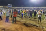 Ratusan penonton menyelamtkan diri kerusuhan dalam pertandiangan PSIS melawan Persis Solo, dengan masuk ke dalam lapangan pertandingan final Piala Kapolda Jawa Tengah 2015 antara PSIS melawan Persis di Stadion Jatidiri Semarang, Sabtu (4/7). di Stadion Jatidiri Semarang, Sabtu (4/7/2015) malam. (Insetyonoto/JIBI/Solopos)