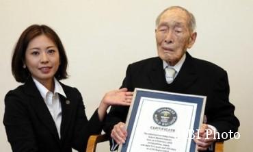 Sakari Momoi (kanan) pemegang rekor pria tertua dunia (Theguardian.com)