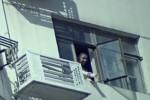 Seorang pria tertangkap kamera CCTV membuang kotoran menggunakan pipa lewat cendela (Shanghaiist)