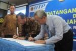 Rektor UNS, Ravik Karsidi (tengah) dan Rektor UTP, Ongko Cahyono (kanan) menandatangani MoU kerjasama pengembangan Tri Dharma Perguruan Tinggi antara UNS dan UTP di ruang seminar UTP, Selasa (30/6/2015). (Eni Widiastuti/JIBI/Solopos)