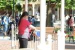 Wisatawan Tiongkok saat menjemur pakaian dalam di area Disneyland (Dailymail.co.uk)