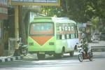 Salah satu bus angkutan umum tengah menunggu penumpang (ngetem) di simpang Klodran, Bantul, Minggu (5/7/2015). (JIBI/Harian Jogja/Arief Junianto)