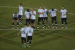 Pemain Argentina Lucas Biglia menghibur Ever Banega yang gagal bikin gol di adu penalti. JIBI/Rtr/R