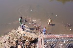 Suasana evakuasi mayat bayi di sungai Bengawan Solo, tepatnya di belakang Instalasi Pengelolaan Air (IPA) PDAM Jurug, Solo, Rabu (1/7/2015). (Istimewa)