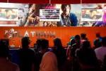 Sejumlah orang berjejal di depan bioskop Platinum Cineplex Hartono Mall Solo Baru, Senin (20/7/2015) siang. (JIBI/Solopos/Mahardini Nur Afifah)