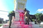 Petugas tengah membersihkan sisa siraman cat merah pada Tugu Pal Putih (JIBI/Harian Jogja/Ujang Hasanudin)