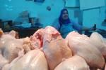 Suharti memamerkan sisa daging ayam yang belum terjual di Pasar Beringharjo, Senin (13/7/2015). (JIBI/Harian Jogja/Abdul Hamied Razak)