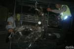 Kendaraan pelaku kejahatan jambret di Sidoarjo hangus terbakar.  (detik.com)