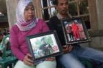 Andreas, 40, dan istrinya, Yulianti, 40, menunjukkan foto keponakannya, Joko Purwanto, di rumah duka dia Dusun Maron, RT 022/RW 010, Desa Bandung, Kecamatan Ngrampal, Sragen, Rabu (1/6/2015). (JIBI/Solopos/Moh. Khodiq Duhri)