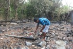 Bambang Sugito, 46, warga RT 001/ RW 007 Dukuh Klelesan, Desa Giriroto, Kecamatan Ngemplak, Boyolali, sedang membersihkan puing sisa kebakaran yang menghangus-ratakan rumahnya pada Minggu (12/7/2015) dini hari. (Kharisma Dhita Retnosari/JIBI/Solopos)