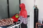 Berlinda Triwidani saat dirawat di Klinik Fortuna Husada, Grogol, Bejiharjo. Kondisinya saat ini berangsur-angsur membaik, selain itu sejak dirawat ia sudah menghabiskan 2 infus, Senin (6/7/2015). (Harian Jogja/David Kurniawan)