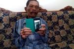 Mujiono, ayah Kopda Eria Ageng, menunjukkan foto putranya yang menjadi korban jatuhnya pesawat Hercules C-130 di Medan, Rabu (1/7/2015). (Holy Kartika N.S./JIBI/Harian Jogja)