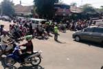 Petugas dari Satlantas Polres Sragen mengatur lalu lintas di simpang empat Gemolong pada H+1 musim mudik Lebaran 2015, Minggu (19/7/2015). (Moh. Khodiq Duhri/JIBI/Solopos)