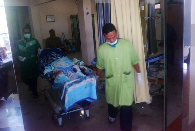 Saidina Muhammad, 48, warga Blumbang, Kecamatan Tawangmangu, Karanganyar, dibawa dengan kereta pasien di Instalasi Gawat Darurat RS Yarsis, Sukoharjo, Senin (6/7/2015). Saidina merupakan korban ledakan diduga bahan mercon, 50 persen tubuhnya terkena luka bakar. (Oriza Vilosa/JIBI/Solopostv)