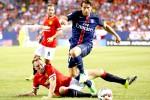 Pemain Paris St Germain Maxwell (tengah) berusaha melewati hadangan pemain Manchester United Phil Jones (bawah). JIBI/Reuters /Jeff Haynes