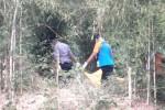 Sukarelawan mengevakuasi mayat yang ditemukan di kolam limbah milik pabrik milik PTPN IX Kerjo, Kamis (30/7/2015). Sebelum ditemukan tewas, korban sempat menghilang selama empat hari. (Bayu Jatmiko Adi/JIBI/Solopos)