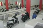Empat unit sepeda motor terparkir di lorong los zona pedagang daging di Pasar Ir. Soekarno, Sukoharjo, Selasa (21/7/2015). (JIBI/Solopos/Rudi Hartono)