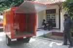 Petugas Dinas Kehutanan dan Perkebunan (Dishutbun) Wonogiri mengecek sepeda motor pemadam kebakaran, Rabu (1/7/2015). (Muhammad Ismail/JIBI/Solopos)