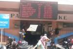 Daftar harga komoditas terpampang di Pasar Jungke Karanganyar, Sabtu (11/7/2015). (Bayu Jatmiko Adi/JIBI/Solopos)