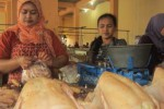 Pedagang ayam Pasar Boyolali, Amiyatun, 33, dan sejumlah pedagang ayam lainnya sedang menata dagangan di los daging lantai dasar Pasar Boyolali, Kamis (16/7/2015) siang. (Kharisma Dhita Retnosari/JIBI/Solopos)