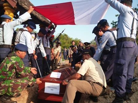 Jenazah Serka Sutrisno, 31, anggota TNI AU yang tewas akibat kecelakaan pesawat Hercules, hendak dimakamkan di tanah kelahirannya di Dukuh Dilem, RT 001/RW 003, Desa Pojok, Kecamatan Nogosari, Boyolali, Kamis (2/7/2015). (JIBI/Solopos/Hijriyah Al Wakhidah)