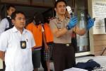 Anggota Polres Banyuwangi menggelar jumpa pers terkait penangkapan pelaku perampokan, MS, Rabu (29/7/2015). (Detikcom)