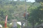 Dua pekerja memperbaiki jaringan listrik di salah satu tiang listrik di depan Terminal Angkuta Wonogiri, Sabtu (4/7/2015). Perbaikan jaringan menyebabkan pemadaman aliran listrik dan meresahkan pedagang Pasar Wonogiri. (JIBI/Solopos/Trianto Hery Suryono)