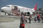 Sejumlah pengunjung Edupark melihat pesawat terbang boeing 737-300 yang dipamerkan di lokasi wisata tersebut, Minggu (26/7/2015). Jumlah pengunjung Edupark mencapai 3.000 per hari.  (Bayu Jatmiko Adi/JIBI/solopos)