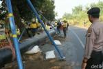 Pipa di tepi jalan alternatif Mojokerto-Lamongan. (detik.com)