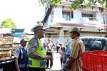 Salah seorang anggota Polres Gunungkidul memberikan pengarahan kepada seorang pengendara agar melakukan parkir di tempat yang benar, Jumat (3/7/2015) (Harian Jogja/David Kurniawan)