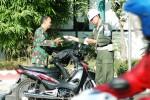 Petugas Denpom IV/Surakarta memeriksa surat-surat kendaraan milik salah anggota anggota TNI, di sela-sela operasi ketertiban di Jl.Pandanaran, Boyolali, Selasa (7/7/2015).  (JIBI/Solopos/Hijriyah Al Wakhidah)