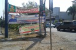PENATAAN REKLAME : Pemasangan Reklame Semrawut, Petugas Linmas Gerah