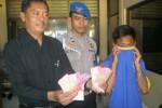 Tersangka pencuri tas di masjid, Krinanto (kanan), menutupi mukanya dengan kaus saat memberi keterangan kepada wartawan di Mapolres Sukoharjo, Rabu (1/7/2015). (Rudi Hartono/JIBI/Solopos)