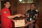 Sekretaris DPC PDIP Teguh Prakoso (kiri) menyerahkan surat rekomendasi dari DPP PDIP kepada Hadi Rudyatmo, Jumat (3/7/2015). (Indah Septiyaning W./JIBI/Solopos)