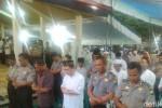Anggota Polres Banyuwangi menggelar salat gaib bagi korban tragedi Hercules. (detik.com)
