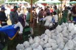 Warga mengantre untuk mendapatkan paket sembako gratis dalam acara bazar murah yang digelar Pemkot Solo di lapangan Losari, Kelurahan Semanggi, Kecamatan Pasar Kliwon, Solo, Kamis (9/7/2015). (Irawan Sapto Adhi/JIBI/Solopos)
