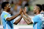 Pemain anyar Manchester City Raheem Sterling (ki) merayakan golnya bersama kawan setim Kalechi Iheanacho  saat melawan Vietnam. JIBI/Reuters/Kham