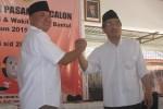 Calon Bupati Suharsono dan calon wakil bupati Abdul Halim Muslih berfoto seusai mendaftar sebagai peserta Pilkada da kantorr KPU Bantul, Selasa (28/7/2015). (Harian Jogja/Bhekti Suryani)