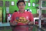 Slamet Riyadi, menantu Tumirah atau Yu Tum, yang kini menjadi pengelola usaha gatot tiwul Yu Tum memamerkan tiwul olahannya di Wonosari, Gunungkidul, Selasa (7/7/2015).(JIBI/Harian Jogja/Uli Febriarni)
