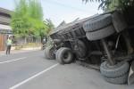 Truk pengangkut keramik terguling di Jl. Andalas, Klaten, Rabu (1/7/2015). Tidak ada korban jiwa dalam kecelakaan tunggal tersebut. (Ponco Suseno/JIBI/Solopos)