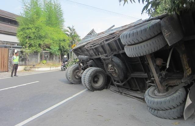 iluistrasi truk terguling (JIBI/Solopos/Dok.)
