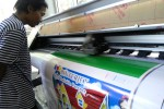 Kube Dasanama mengecek mesin digital printing di STP, Senin (31/8/2015). (Mahardini Nur Afifah/JIBI/Solopos)