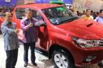 Managing Officer Toyota Motor Corp, Hiroyuki Fukui, berpose di samping All New Hilux dalam pembukaan Gaikindo Indonesia International Auto Show (GIIAS) 2015 yang diselenggarakan di Indonesia Convention Exhibition (ICE), BSD City Tangerang, Kamis (20/8/2015). (Shoqib Angriawan/JIBI/Solopos)