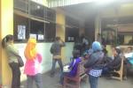 Sejumlah warga mengantre di loket pelayanan Dispendukcapil Wonogiri, Jumat (14/8/2015). Sebagian dari mereka mengantre mendapatkan surat keterangan pengganti e-KTP. (Bayu Jatmiko Adi/JIBI/Solopos)