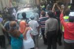 Warga Manggung, Ngemplak, Boyolali berunjuk rasa di PN Boyolali, Rabu (27/4/2015)