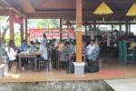 Pengunjung menikmati sajian kuliner di Dapur Solo cabang Edu Park Universitas Muhammadiyah Surakarta (UMS), Karanganyar, Rabu (5/8/2015). (Shoqib Angriawan /JIBI/Solopos)