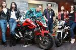 Presiden Direktur PT Mitra Pinasthika Mulia (MPM) Suwito (ketiga dari kiri) dan Direktur Dendy Sean (ketiga dari kanan) berfoto bersama All New Honda CB150R Streetfire dan New Honda Sonic 150R saat peluncuran di Surabaya, Rabu (12/8/2015). Distributor (Wahyu Darmawan/JIBI/Bisnis)