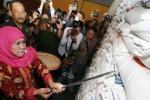 Menteri Sosial Khofifah Indar Parawansa mengecek raskin di Gudang Bulog Candirejo, Nganjuk, Minggu (30/8/2015). (JIBI/Solopos/Antara/Prasetia Fauzani)