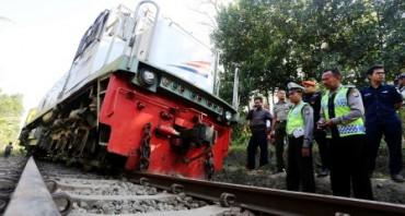 Polisi memeriksa lokomotif KA Matarmaja yang anjlok di Garum, Blitar, Senin (24/8/2015). (JIBI/Solopos/Antara/Irfan Anshori)