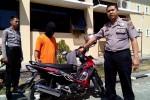 Wakapolres Kulonprogo menunjukkan barang bukti sepeda motor yang dicuri pelaku Sumawan, Senin (24/8/2015). (JIBI/Harian Jogja/Holy Kartika N.S.)